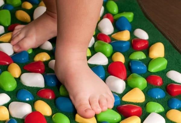 Детские ножки на коврике