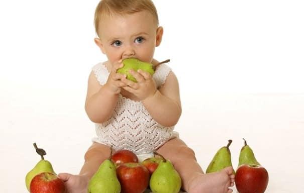 Малышка кушает грушу