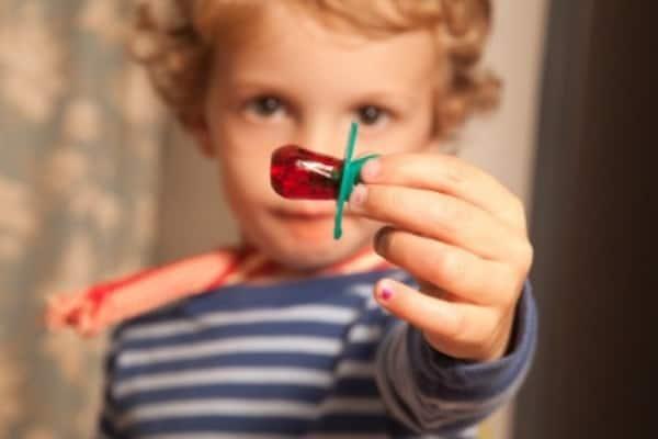 Ребенок дарит соску