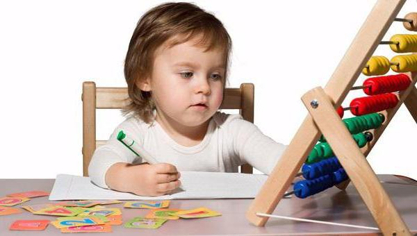 Ребенок учит счеты