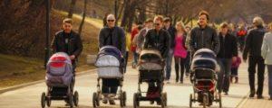 Мужчины на прогулке с детьми