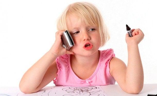 Малышка и телефон