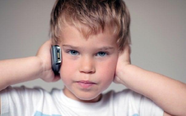 Ребенок с мобильником