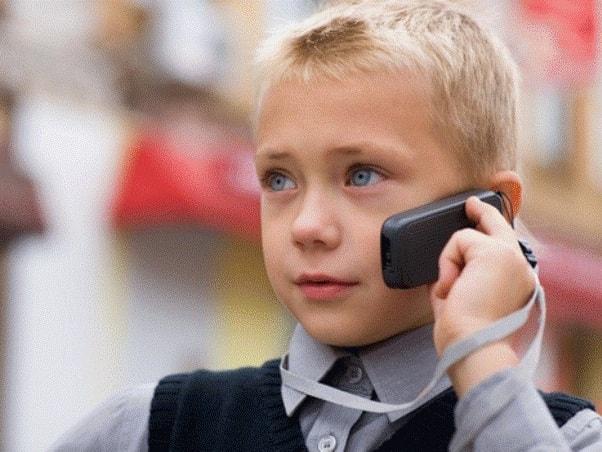 У мальчика обычный мобильный телефон