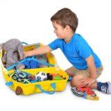 Ребёнок собирает чемодан