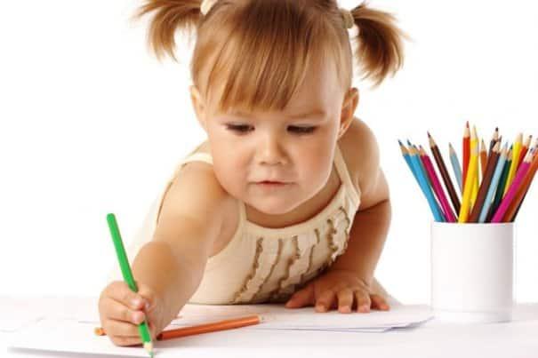 Ребёнок рисует карандашом