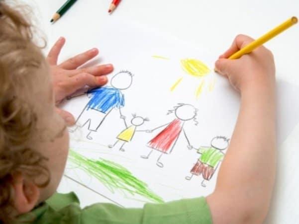 Ребёнок правильно держит карандаш в руке
