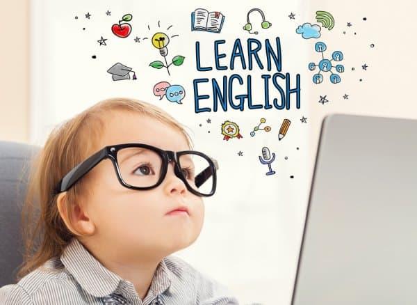 Девочка учит английский