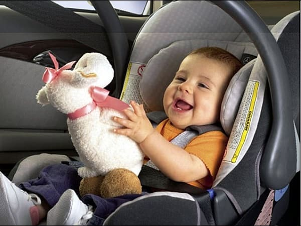 Ребенок увлечен игрой в автокресле