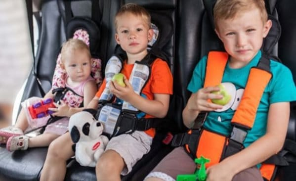 Дети в бескаркасном автокресле