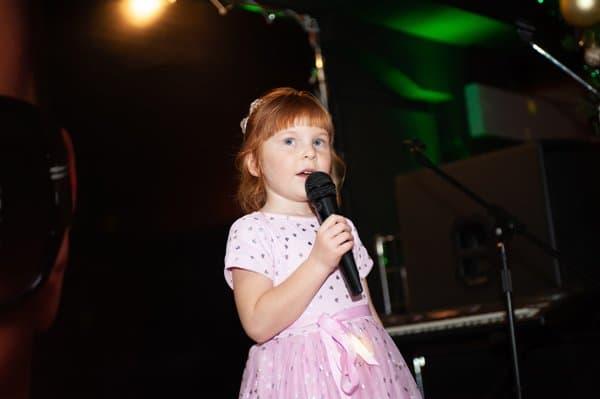 Ребенок в школе вокала