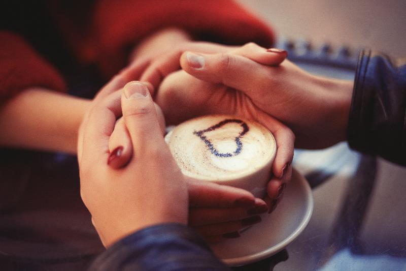 Семейная пара в кафе