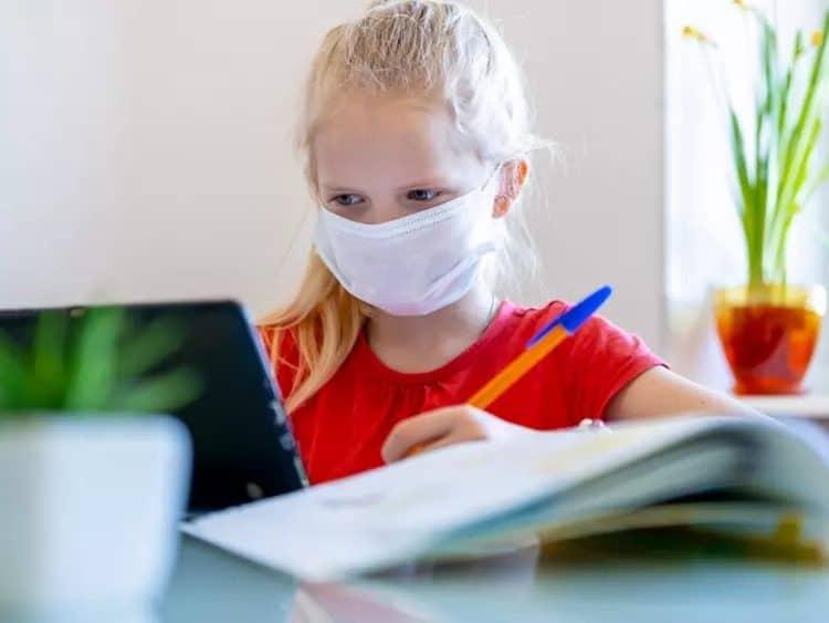 Удалённое обучение школьников дома во времена коронавируса